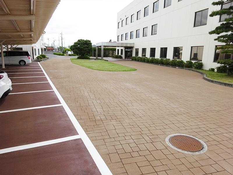 工場事務所棟前